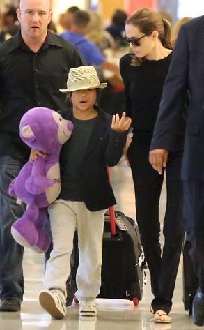 Chỉ khi xuất hiện tại sân bay, gu thời trangcủa Pax Thiên cầu kì hơn đôi chút khi mix áo phông, quần dài với vest ngắn.