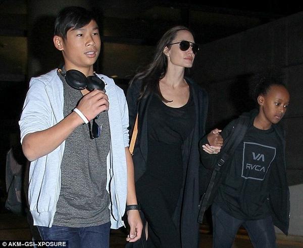 Ở với mẹ Jolie, thời trang của Pax Thiên