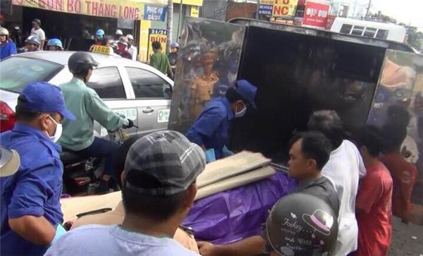 Thi thể nạn nhân được đưa về nhà xác. Ảnh: GM