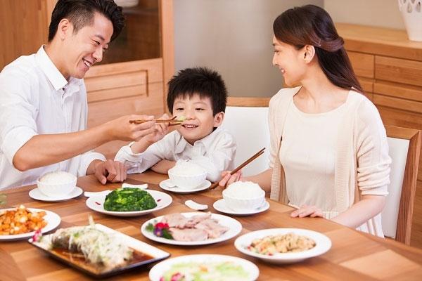 Đôi đũa gắn liền với bữa cơm gia đình của người Việt.
