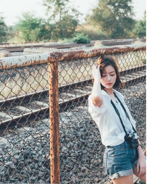 Dù chỉ khoác lên người chiếc áo sơ mi trắng thông thường nhưng Chanya cũng đẹp đến mê hồn.