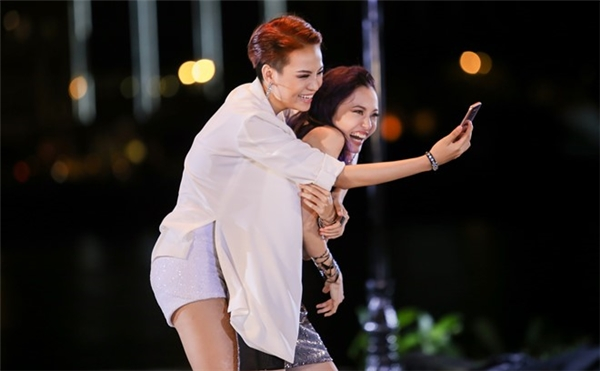 Thùy Trâm (áo trắng) phải diễn cặp cùng thí sinh cô ghét nhất nhà chung - La Thanh Thanh.
