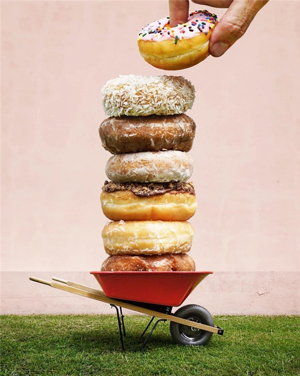 Donut to và nhiều quá, phải mang xe đẩy ra xúc về.