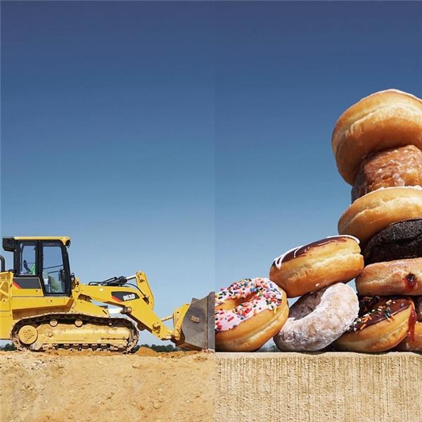 Một núi donut khổng lồ không biết từ đâu xuất hiện đè bẹp cả nhà cửa.