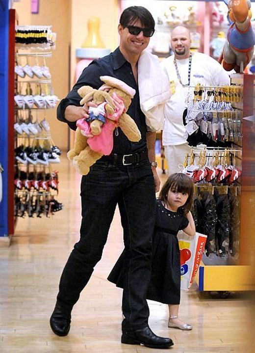 Tom dắt Suri đi mua sắm khi cô bé mới 2 tuổi.