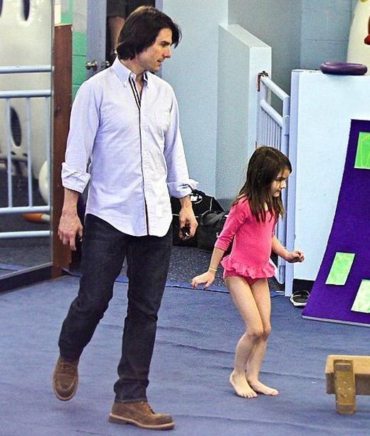 Bố Tomđưa con đến phòng tập thể dục dụng cụ tại New York tháng 8/2011.
