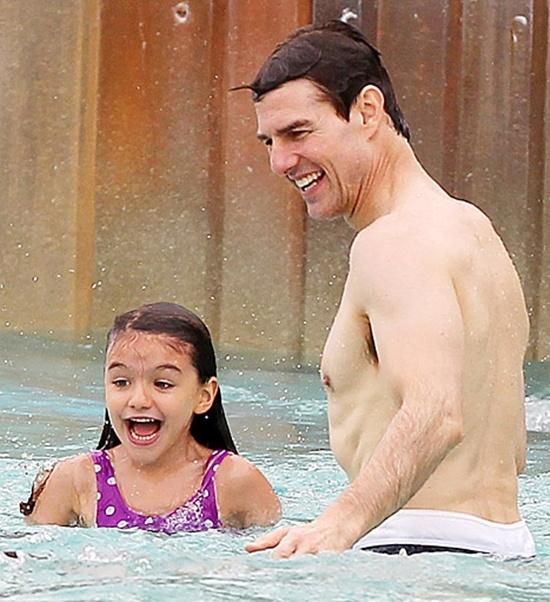 Hình ảnh Tom Cruise đưa Suri đi chơi công viên nước cũng là lần cuối hai cha con gặp nhaucách đây 3 năm.