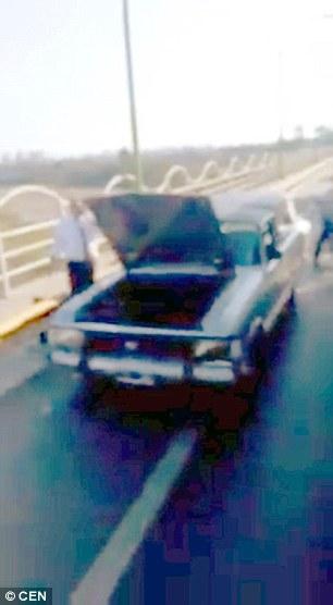 Xe tang bị hư hỏng trên đường đến nghĩa trang.