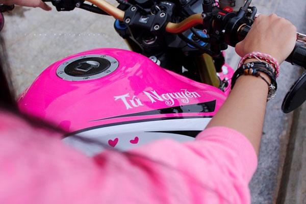 Biker Thanh Tú bên chiếc xe mô tô Kitty.