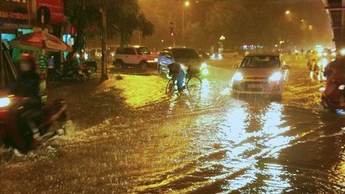 Mưa lớn ở Thịnh Quang (Đống Đa) làm các phương tiện di chuyển hết sức khó khăn.