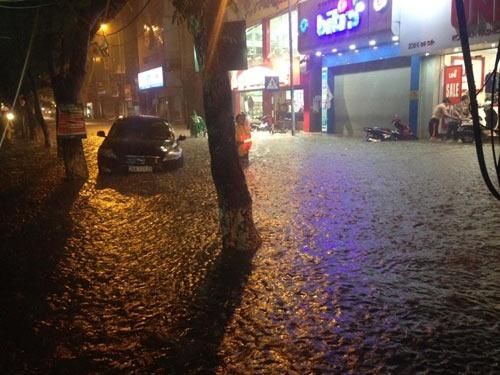 Phố Đội Cấn biến thành sông sau cơn mưa lớn chiều qua.