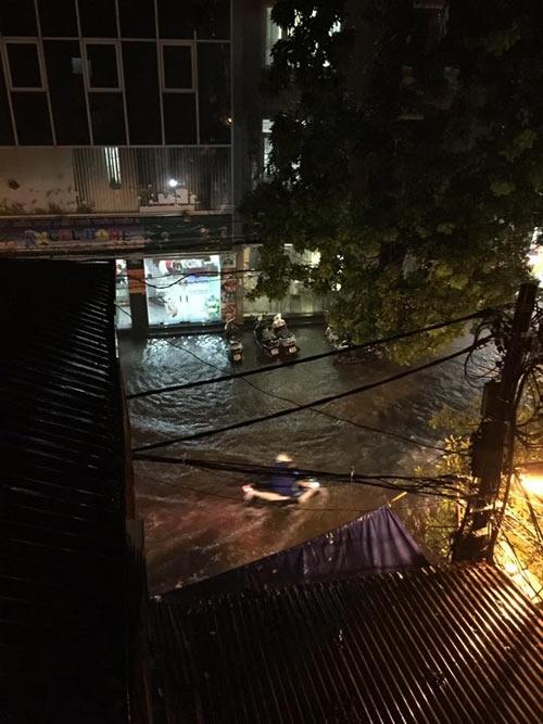 Nhiều tuyến phố mưa ngập từ ngoài đường vào đến nhà.