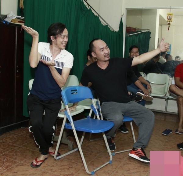 NSƯT Hoài Linh đang cố gắng tái hiện lại điệu múa Chăm Pa một cách dí dỏm? - Tin sao Viet - Tin tuc sao Viet - Scandal sao Viet - Tin tuc cua Sao - Tin cua Sao