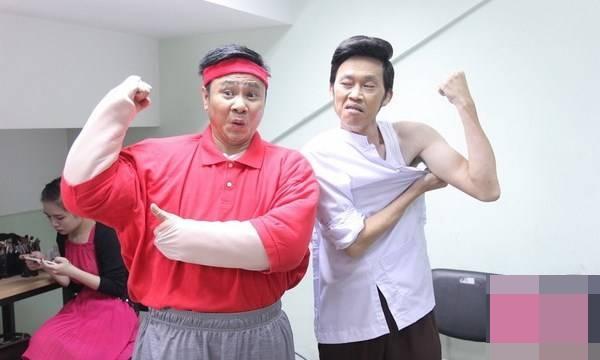 """Dù không sở hữu thân hình """"6 múi"""" đáng mơ ước nhưng Hoài Linh vẫn rất tự tin """"đọ"""" cơ bắp cùng diễn viên Tự Long. - Tin sao Viet - Tin tuc sao Viet - Scandal sao Viet - Tin tuc cua Sao - Tin cua Sao"""