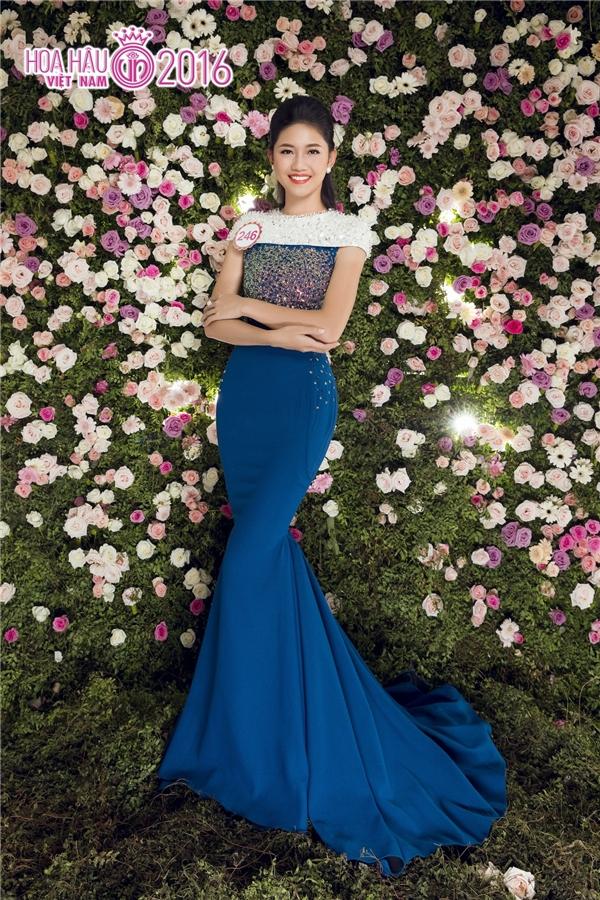 Ngô Thanh Thanh Tú diện váy đuôi cá đơn giản với điểm nhấn là chi tiết đính kết ở phần ngực. Trong những ngày qua, cô gái này được đồn đoán sẽ đăng quang Hoa hậu Việt Nam 2016.