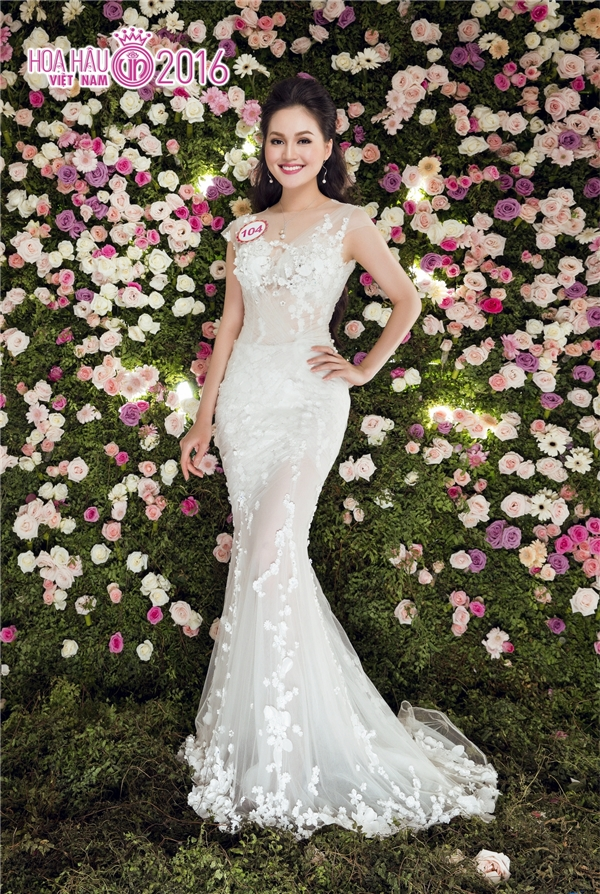 Trần Thị Thu Hiền khoe đường cong nóng bỏng trong dáng váy xuyên thấu của nhà thiết kế Hoàng Hải.