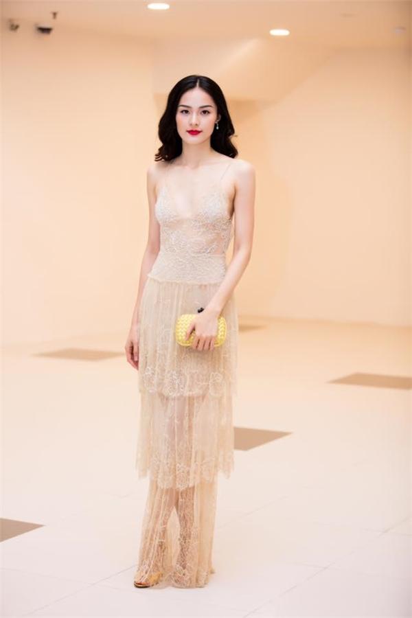 Không thể phủ nhận, bộ váy đã giúp nữ diễn viên thu hút mọi ánh nhìn. Tuy nhiên, thiết kế này lại làm lộ rõ nhiều khuyết điểm như bờ vai gầy gò, phần xương ức nhô ra hay vòng một quá khiêm tốn của Hạ Vi.