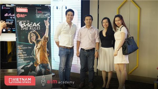 Đại diện của AIM Academy cùng đại diện Công ty Khai Minh và Stitch trong buổi Giao đề 12/08/2016.