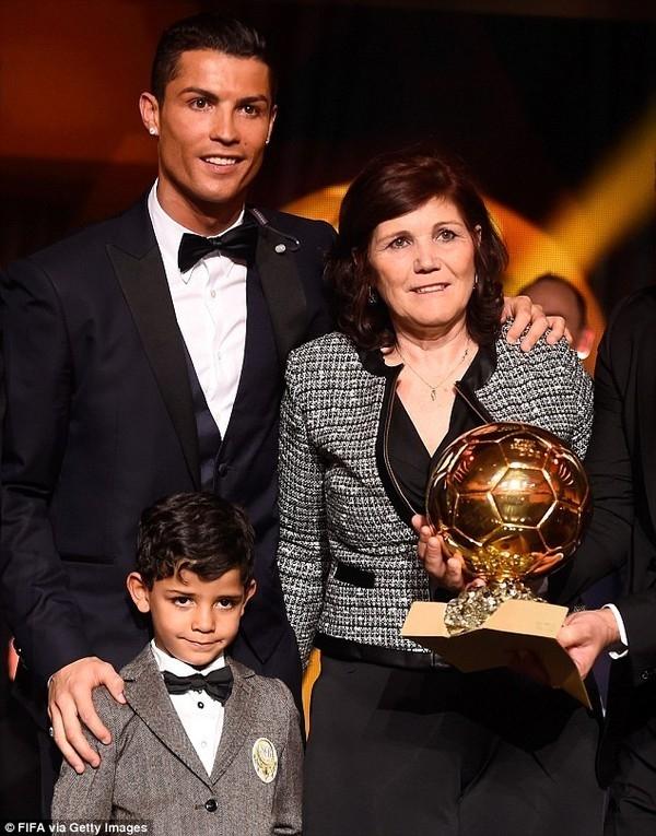 Gia đình Ronaldo hạnh phúc trong lễ trao giải.