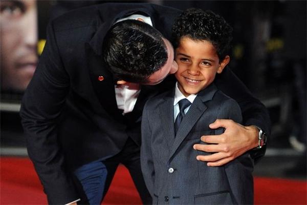Rời sân cỏ, Ronaldo còn là một ông bố đơn thân thế giới ngưỡng mộ