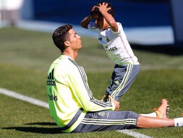 Hai bố con đang khổ luyện cùng nhau.