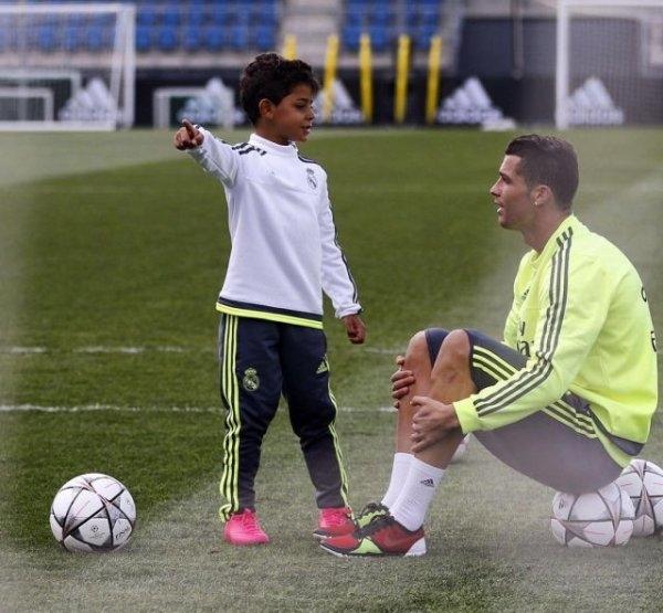 Ronaldo khéo léo và tinh tế cho Jr biết rằng thành công anh có được đều xây dựng bằng chính sự nỗ lực không ngừng nghỉ của anh.