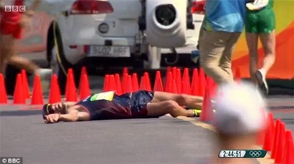 Một tiếng sau sự cố xấu hổ, Yohann bất ngờ đổ gục xuống đường đua và nằm bất động khoảng vài giây.