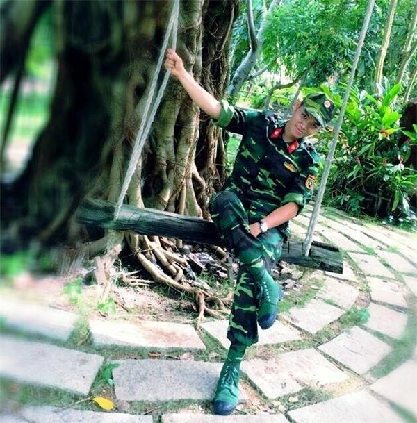 """Theo thông tin """"khai quật"""" từ cộng đồng mạng, Phạm Trung Kiên làca sĩ chuyên nghiệp và hiện đang công tác trong đoàn nghệ thuật quân đội."""