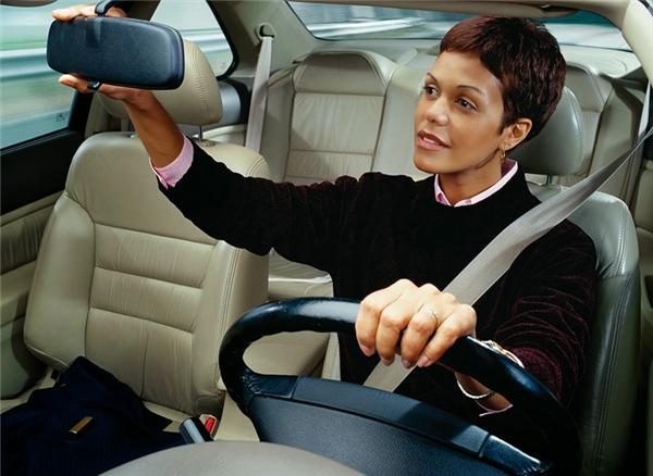 Bạn nên để ý chỉnh lại kiếng xe mỗi khi bước lên xe nhé.