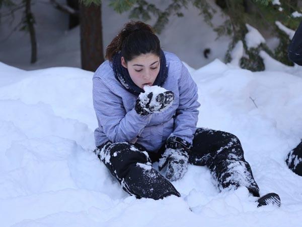 Tuyết mặc dù có thể thỏa mãn cơn khát của bạn nhưng sẽ khiến cơ thể tiêu hao nhiệt lượng không đáng có.
