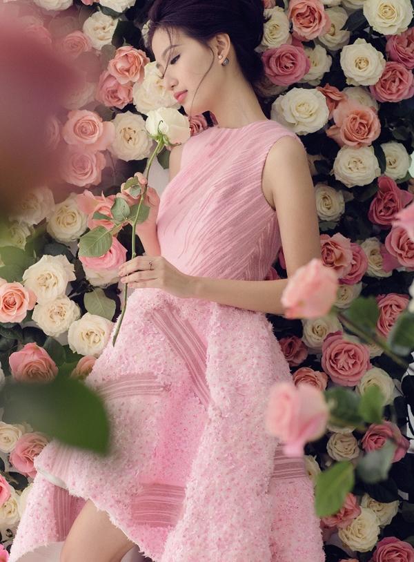 PhạmMỹ Linh là thí sinh sáng giá của Hoa hậu Việt Nam 2014 nhưng lại bất ngờ dừng chân trước đêm chung kết. Dù được xác nhận là chưa trải qua phẫu thuật thẩm mỹ nhưng cô gái gốc Hà Nội vẫn chọn cách rời khỏi cuộc thi vì không chịu nổi áp lực từ dư luận.