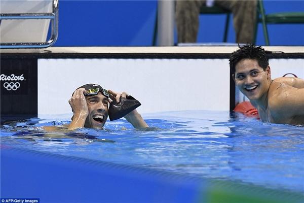 2. Người tanói rất nhiều về câu chuyện của Joseph Schooling tại Olympic 2016. Anh không chỉ là kình ngư dành HCV tại nội dung bơi bướm 100m nam mà còn chiến thắng chính thần tượng của mình là Michael Phepls. Tuy nhiên, hình ảnh anh chia vui vì đánh bại được thần tượng cũng như Phepls đã nở nụ cười chúc mừng đã khiến cho chiến thắng này càng được bàn tán nhiều hơn nữa.