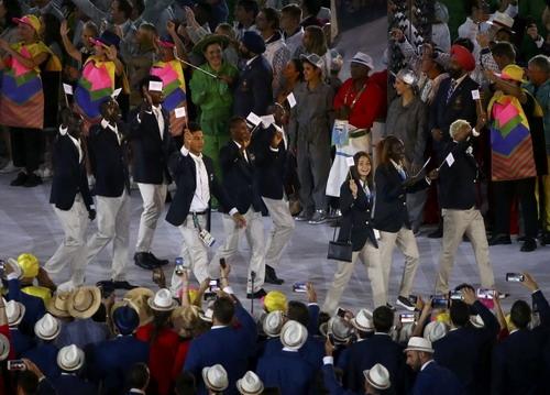 """4. Nhóm vận động viên Đội tuyển người """"tị nạn"""" tham dự Olympic. Nhóm vận động viên này bao gồm 10 người, trong đó 5 người đến từ Nam Sudan ở các nội dung điền kinh; 1 vận động viên đến từ Ethiopia; 2 đến từ Syria và 2 đến từ cộng hòa Dân chủ Công ở các bộ môn điền kinh, judo và bơi lội. Các vận động viên này được thi đấu dưới màu cờ của Thế vận hội, với mục đích """"thể hiện tình đoàn kết với người tị nạn trên khắp thế giới"""". Rất tiếc là cả 10 vận động viên này không giành được huy chương nào."""