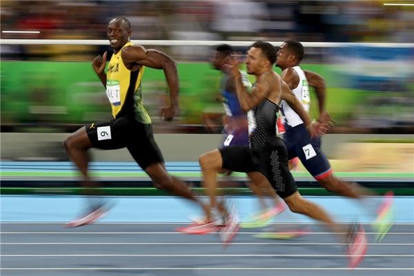 """5. Flash (DC Comic) và QuickSilver(Marvel Comic) là hai siêu anh hùng truyện tranh có khả năng chạy nhanh như tia chớp. Tuy nhiên, cũng có một """"tia chớp"""" ở đời thực chính là VĐV điền kinh người Jamaica - Usain Bolt. Anh lập kỷ lục """"cá kiếm"""" 3 HCV trong 3 kỳ Olympic liên tiếp. Chỉ cần nhìn vào bức ảnh, khán giả có thể thấy anh là kẻ """"bất khả chiến bại"""" trên đường chạy."""