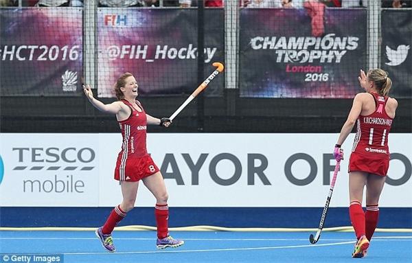 7. Hai nữ VĐV Kate (36 tuổi) và Helen Richardson-Walsh (34 tuổi) là cặp đôi đồng tính đầu tiên tranh tài ở Olympic. Họ kết hôn vào năm 2013, và họ đã đạt mơ ước khi giúp nước Anh giành huy chương vàng Olympic môn khúc côn cầu nữ.