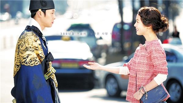 Với nội dung li kì, tình tiết hấp dẫn đan xen giữa hiện tại và quá khứ cùng diễn xuất tự nhiên của các diễn viên, Hoàng tử gác mái đã gây sốt một thời gian dài trên màn ảnh nhỏ khắp Châu Á. Bộ phim quy tụ dàn sao trẻ trung, tài năng của điện ảnh Hàn Quốc như Yoochun, Han Ji Min, Jung Yoo Mi, Lee Tae Sung...