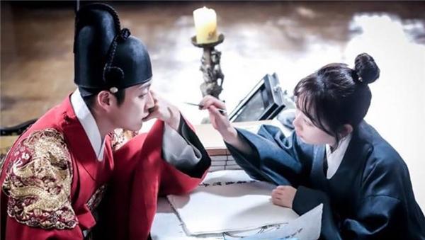 Vào ngày thi đại học, cô nàng Dan Bi (Kim Seul Gi) vô tình xuyên không về quá khứ, tại đây cô đã gặp rất nhiều rắc rối hài hước và bị người khác hiểu nhầm là thái giám. Bên cạnh đó cô còn phải giúp vị vua trẻ tuổi Lee Do (Yoon Doo Joon) bằng những ứng dụng từ toán học, thứ mà cô ghét nhất trên đời, từ đó câu chuyện tình đáng yêu giữa hai con người của hai thời đại khác nhau bắt đầu.
