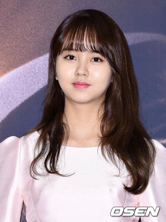 """Sự thay đổi về nhan sắc của Kim So Hyun khiến mọi người không khỏi kinh ngạc. Không còn là cô bé """"đen nhẻm"""" năm nào, giờ đây, cô nàng đã trở thành ngôi sao 17 tuổi xinh đẹp và tài năng. Gương mặt dù bầu bĩnh hay thon gọn, các đường nét đều vô cùng tinh tế và sắc sảo."""
