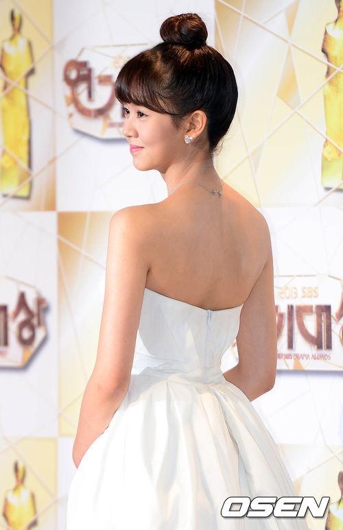 Kim So Hyun cũng nhiều lần tự tin diện trang phục khoe vai trần quyến rũ.