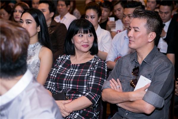 Đàm Vĩnh Hưng ngồi nói chuyện cùng nữ ca sĩ Cẩm Vân.
