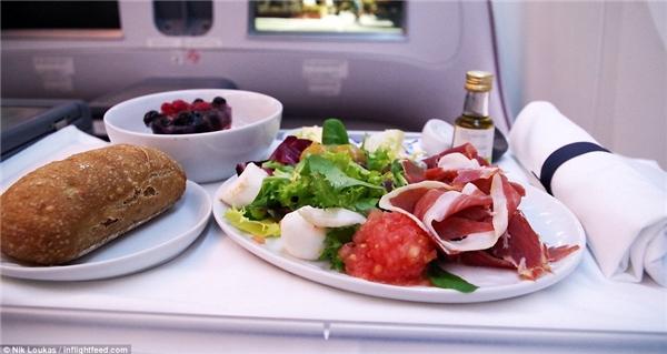 Loukas cho biết LATAM là hãng hãng không mà anh yêu thích tại Nam Mỹ. Trong một lần di chuyển từ Madrid đến Frankfurt trên chuyến bay của Chile, anh đã được chứng kiếnsự tập trung văn hóa ẩm thực của nước này khi mà giấm cũng có xuất xứ từ Chile.