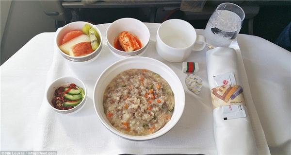 Trong chuyến hành trình từ Tokyo đến Seoul của hãng hàng không Asiana Airlines, Loukas đã được dùng thử món ăn truyền thống của họ.