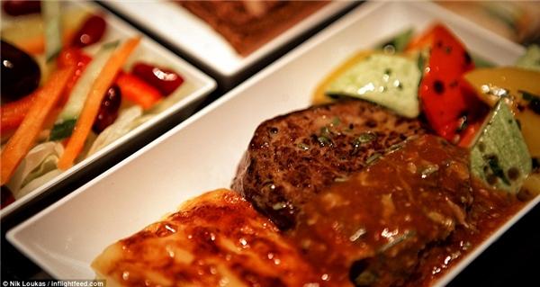 Trên chuyến bay kéo dài 1 giờ đồng hồ từ Izmir đến Istanbul của hãng hàng không Pegasus Airline, Loukas đã có dịp thưởng thức món thịt bò kèm với rau, khoai tây nướng và salad Thổ Nhĩ Kì, sau đó anh đã kết thúc bữa ăn bằngmónbánh kem sô cô la.