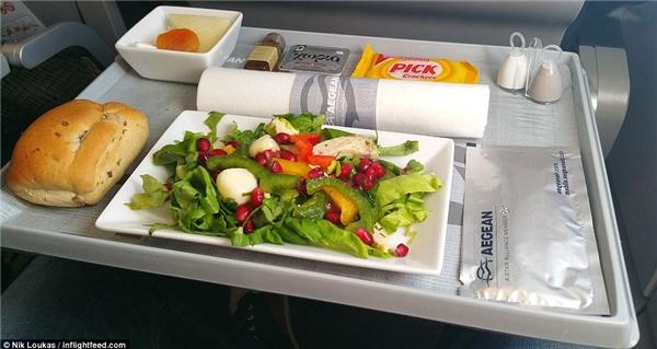 """Aegean là một trong những hãng hàng không """"sành ăn"""" ưa thích của Loukas. Trong lúc di chuyển từ Brusselsđến Athens, anh đã có một trải nghiệm tuyệt vời với món salad gà."""