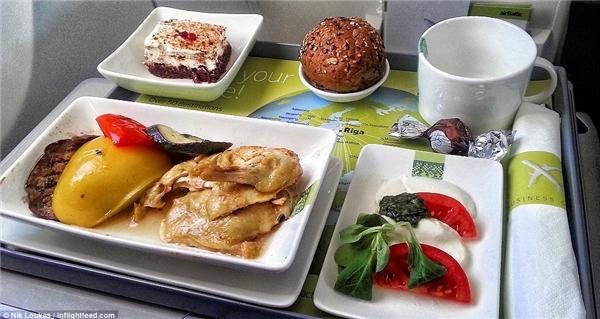 Cái tên AirBaltic nhất định sẽ là 1 trong những đối tượng góp mặt vào phim tài liệu của Loukas, nơi đây đã phục vụ anh món salad Caprese đơn giản ăn kèm với thịt gà và rau nướng, dĩ nhiên là không thể thiếu một miếng bánh kem sô cô la thơm ngon làm món tráng miệng rồi.