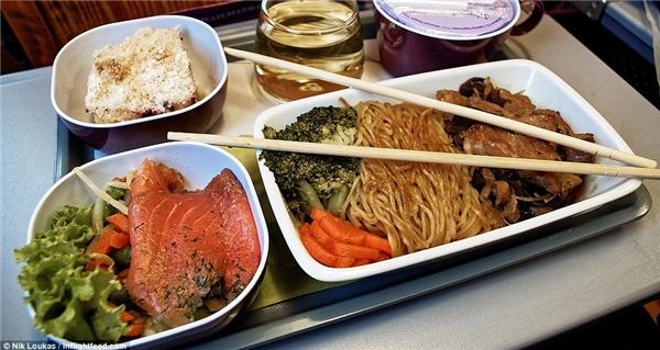 Trong chuyến bay từ Kunming tới Bangkok thuộc Thai Airways, Loukas đã được phục vụ một bữa ăn với thịt heo và mì, saladcá hồi và các loại rau củ tươi.
