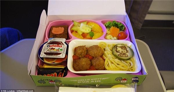 Loukas đã từng bay từ Paris đến Taipei chỉ đểdùng thửphần ăn Hello Kitty của trẻ con, khẩu phần gồm có mì ống và thịt viên ăn kèm với cà chua, món tráng miệng gồm có trái cây tươi, kẹo và bánh sô cô la.