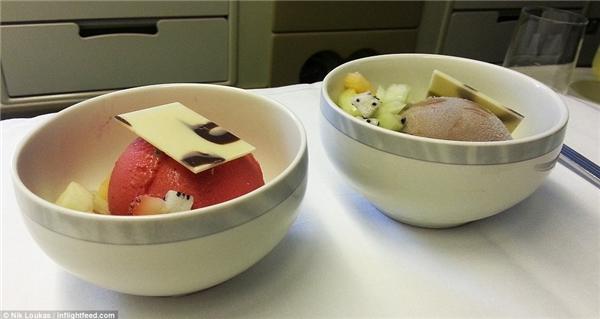 Trong 1 chuyến bay khác của hãng Singapore Airlines, Loukas rất vui khi phát hiện món tráng miệng là kem đắt tiềnvà anh được tùy ý chọn mùi.