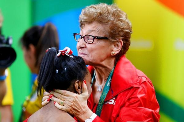 Vận động viênSimone Biles đến từ Hoa Kì đang được bàMarta Karolyi, một điều phối viên, chúc mừng sau khi cô đoạt được huy chương vàng cho nội dung nhảy xà.