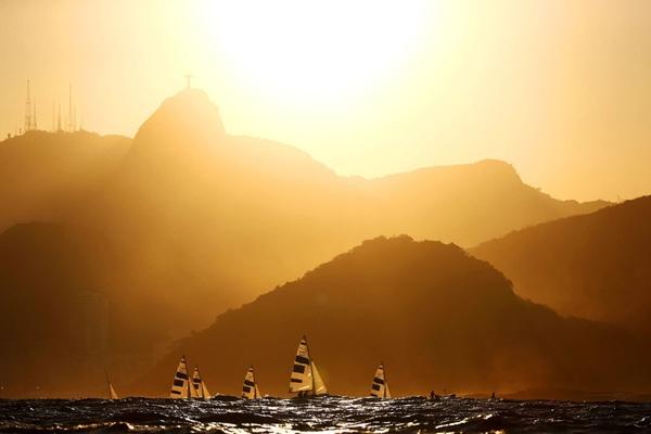 Những chiếc thuyền buồm lớp 470 nam quay trở lại bờ sau khi thi đấu vào ngày thứ 9 của Olympic Rio 2016.